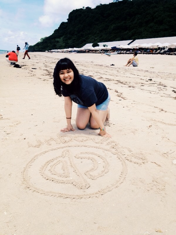 Vivi reppin' Unbounce on the beaches of Bali